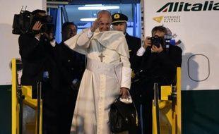Le pape à son départ du Paraguay le 15 à l'aéroport Asuncion