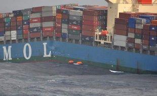 """L'armement nippon Mitsui OSK Lines (MOL), dont l'un des porte-conteneurs s'est brisé en deux la semaine dernière dans l'océan Indien, a lancé une enquête pour déterminer les causes de l'incident, disant prendre l'affaire """"très au sérieux"""", dans un communiqué diffusé mardi sur son site internet."""