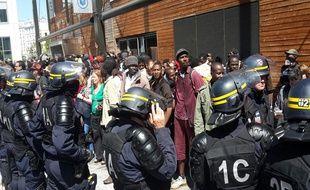 L'évacuation de migrants, à la halle Pajol s'est faîte sous les huées de la foule.