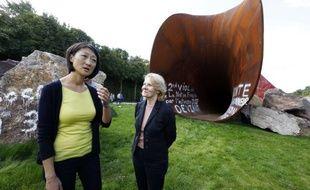 La ministre de la Culture Fleur Pellerin (G) et la présidente du château de Versailles Catherine Pégard, à côté de