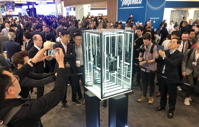 Le Galaxy Fold de Samsung sous sa cage de verre au Mobile World Congress.
