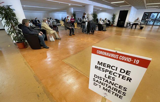 Dans la «salle de repos» post-vaccination du centre installé dans le Palais des festivals