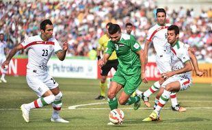 L'Iranien Mehrdad Pooladi (à gauche) lors du quart de finale de la coupe d'Asie contre l'Irak, le 23 janvier 2015, à Canberra.