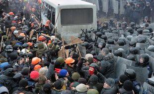 Des manifestants s'opposent violemment à la police à Kiev, le 19 janvier 2014.