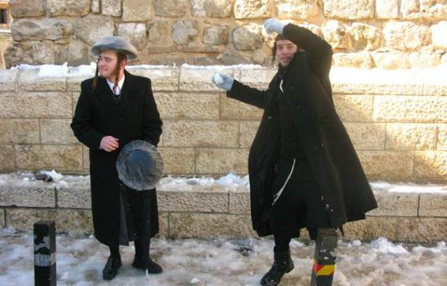 Des Israéliens jouent avec la neige à Jérusalem, le 10 janvier 2013.
