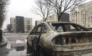 Les restes d'une voiture brûlée à Aulnay-sous-Bois.
