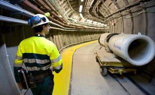 Un employé circule dans un couloir du centre en construction de traitements de déchets radioactifs de Bure, dans la Meuse, denoncé par des associations antinucléaires, le 28 juin 2011
