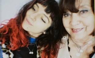 La chanteuse Naya et sa grand-mère qui a survécu à un cancer du sein.