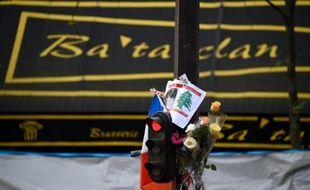 Des fleurs posées en hommage devant la Bataclan, à Paris le 18 novembre 2015