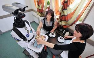 """Envie de louer un robot pour votre prochaine soirée? C'est désormais possible, grâce à une société bretonne qui a entièrement conçu et réalisé dans ses locaux ce """"personnage"""" haut de 1,55m, digne de Star Wars, et capable de se déplacer dans une assemblée pour offrir petits fours ou boissons."""