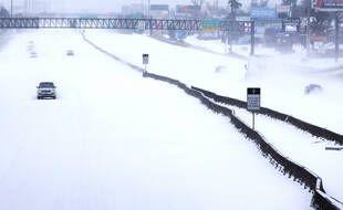 Une autoroute couverte de neige près de Houston, au Texas, le 16 février 2021.