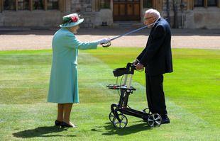 Sir Captain Tom Moore et la reine Elizabeth II au Château de Windsor, le 17 juillet 2020.