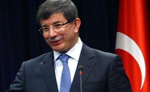 """Le ministre turc des Affaires étrangères Ahmet Davutoglu a appelé les sénateurs français à rejeter une proposition de loi pénalisant la négation du génocide arménien, sous l'Empire ottoman, affirmant que """"ceux qui exploitent l'Histoire seront les victimes de cette exploitation""""."""