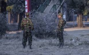 Des sodlats de l'armée du Lesotho devant un bureau de vote lors des élections de juin 2017.