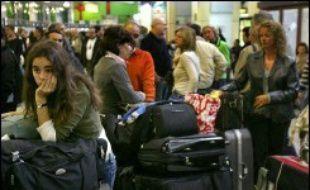 Tous les accès du terminal ont été bloqués toute la matinée et le trafic aérien totalement paralysé. Les vols y ont repris peu après 14H00. De fortes perturbations ont été enregistrées dans les trois autres terminaux de l'aéroport.