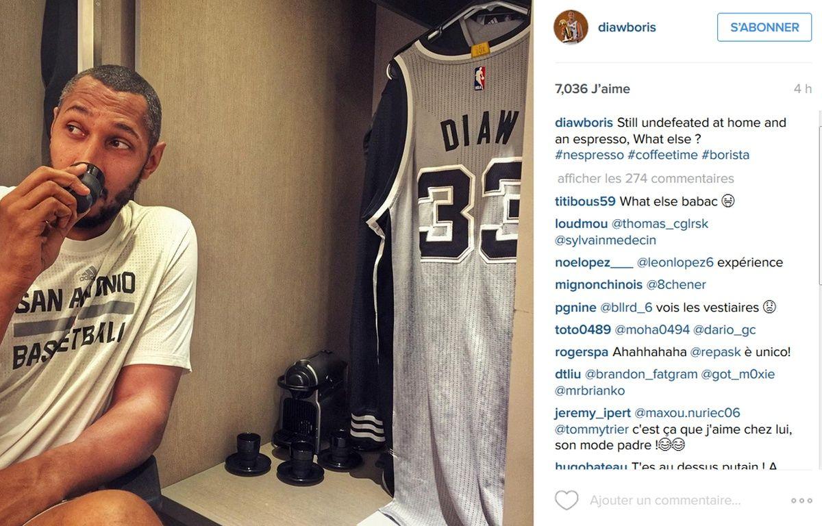 Boris Diaw savoure l'espresso qui vient de sortir de la machine rangée dans son casier chez les Spurs, le 8 janvier 2015, à San Antonio. – DR