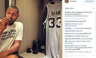 Boris Diaw savoure l'espresso qui vient de sortir de la machine rangée dans son casier chez les Spurs, le 8 janvier 2015, à San Antonio.