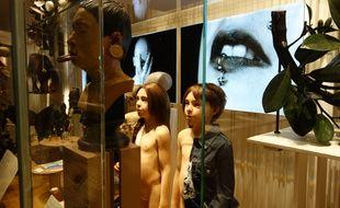 Abd Al Malik visite le Musée de l'Homme en compagnie d'un anthropologue, le 21 octobre 2015 à Paris.