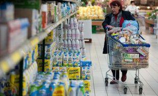 Une femme fait ses courses au rayon lait d'un supermarché Leclerc, le 21 février 2012 au Mans