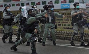 Des policiers usent du gaz au poivre contre des manifestants pro-démocratie à Hong Kong, le 24 mai 2020.