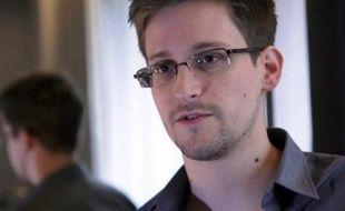 L'ex-consultant du renseignement américain Edward Snowden, bloqué depuis plus de trois semaines dans un aéroport de Moscou, a officiellement demandé mardi un asile provisoire à la Russie, sans lever totalement les questions sur ses hésitations