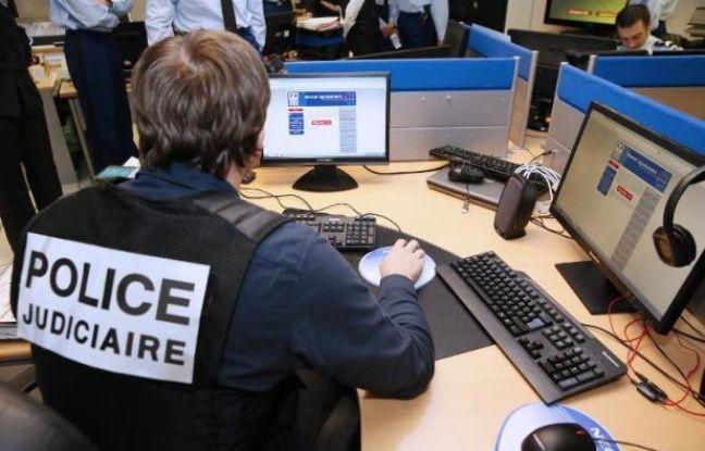 Un agent de la Police judiciaire française travaillant sur la plateforme Pharos de lutte contre la cybercriminalité, le 19 janvier 2015 à Nanterre, près de Paris