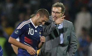 L'attaquant de l'équipe de France, Karim Benzema, avec Laurent Blanc, à la fin du match des Bleus en Bosnie, le 7 septembre 2010.