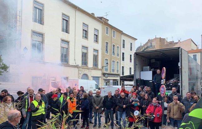 Les manifestants, devant le lieu où se trouvait l'émission Les Grandes Gueules