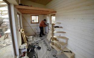 Un chantier de construction de maison en bois (illustration).