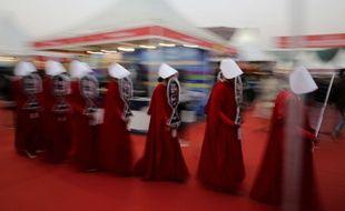 Des participants du Comic Con de New Delhi habillés avec le costume de The Handmaid's Tale, en décembre 2018.
