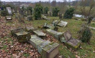 Photo prise le 16 février 2014 de tombes profanées dans le cimetière juif de Sarre-Union, dans le Bas-Rhin
