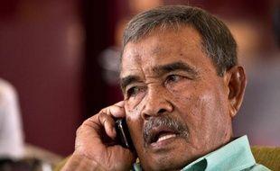Ibrahim Abdul Razak, le père d'un des passagers se trouvant à bord du Boeing disparu de Malaysia Airlines, patiente dans un hôtel de Putrajaya le 9 mars 2014