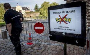 Un panneau qui interdit la chasse aux Pokémon près de la Citadelle de Lille.