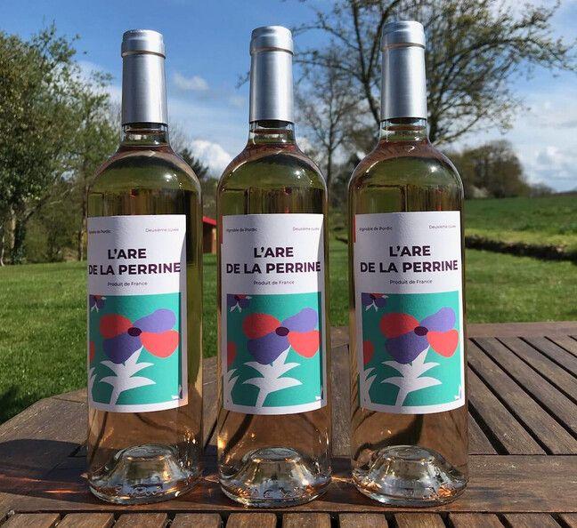 L'association More produit un vin rosé à Pordic, en Bretagne, dont le produit de la vente finance ses activités artistiques.