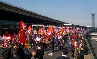 Des manifestants bloquent le terminal 2F de l'aéroport de Roissy, le 7 juin 2016.