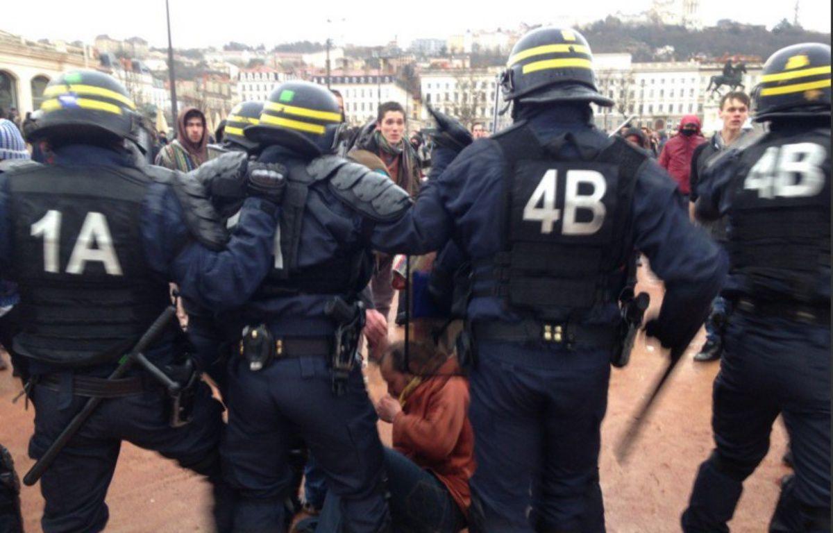 La manifestation contre la loi du travail a fini par dégénérer à Lyon – Twitter