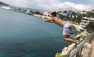 Au cap de Nice, des jeunes tentent des sauts plus ou moins périlleux.