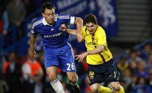 Lionel Messi (en jaune) à la lutte avec John Terry (en bleu) lors de la demi-finale de Ligue des champions Chelsea - Barcelone, le 6 mai 2009