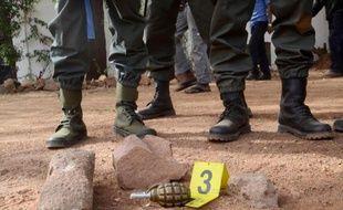 """Une grenade retrouvée sur les lieux de l'attaque terroriste d'un restaurant """"La Terrasse"""" à Bamako le 7 mars 2015"""