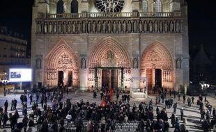 Religieux, hommes politiques, fidèles ou simplement des curieux: près de 2.000 personnes se sont pressées mercredi soir à Notre-Dame de Paris pour le lancement de l'année du jubilé de la cathédrale qui célèbre ses 850 ans d'existence.