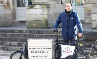 Pierre-Armand Douillard, fondateur de Bicycl'Eau, le premier plombier à vélo de Bordeaux.