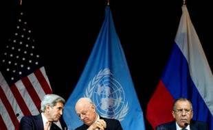 Le secrétaire d'Etat américain John Kerry (g), l'envoyé spécial de l'Onu pour la Syrie Staffan de Mistura (c) et le ministre des Affaires étrangères Sergueï Lavrov à Vienne, le 14 novembre 2015