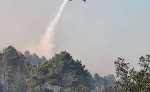 L'intervention d'un avion bombardier d'eau au dessus de l'incendie de  Générargues