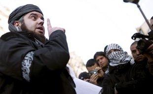 """Le chef du groupe radical salafiste Forsane Alizza (""""Les Cavaliers de la Fierté""""), Mohamed Achamlane, a été transféré lundi à Paris en vue de sa présentation aux juges antiterroristes, qui ont prolongé la garde à vue de quinze autres islamistes présumés arrêtés vendredi."""