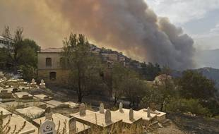 Au moins 65 personnes parmi lesquelles 28 militaires ont perdu la vie dans les incendies qui ravagent depuis lundi soir le nord de l'Algérie.
