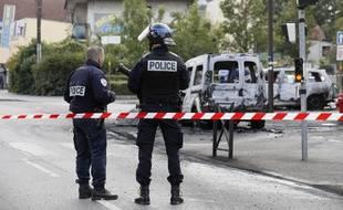Manuel Valls et Bernard Cazeneuve ont entamé à Savigny-sur-Orge une tournée de commissariats de l'Essonne, au lendemain de l'attaque avec des cocktails Molotov de policiers à Viry-Châtillon