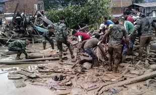 Une gigantesque coulée de boue a fait plus de 150 morts, ainsi que des centaines de blessés et disparus samedi dans le sud de la Colombie.
