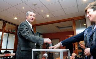 Philippe Richert, tête de liste Les Républicains-UDI-Modem aux régionales 2015, votant dans son village à Wimmenau lors du premier tour des élections régionales de 2010.