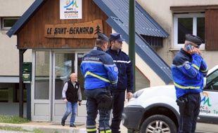 Ascou, le 10 juillet 2014; Des gendarmes supervisent l'évacuation du chalet Saint-Bernard où un enfant de huit ans est mort des suites d'une infection aigüe.