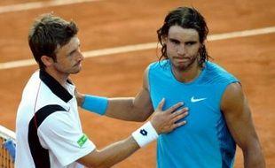 L'Espagnol Rafael Nadal est tombé dès son entrée en lice au tournoi de Rome mercredi, battu au 2e tour par son compatriote Juan-Carlos Ferrero 7-5, 6-1, et le Serbe Novak Djokovic continue après avoir surclassé le Belge Steve Darcis 6-4, 6-0.